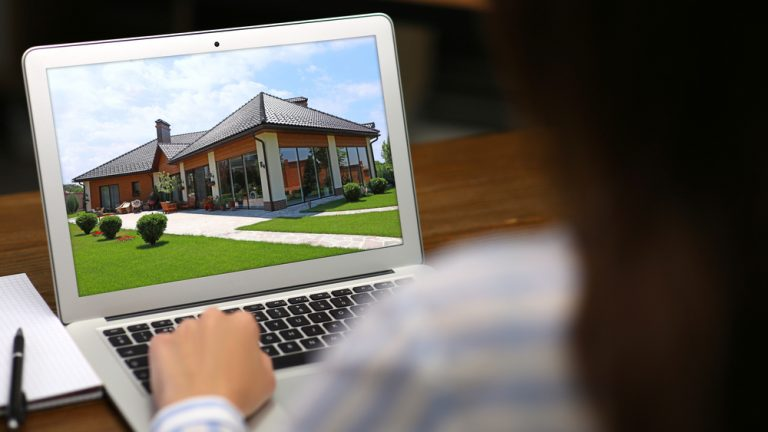 women, using,virtual,tour,for,real,estate,agents